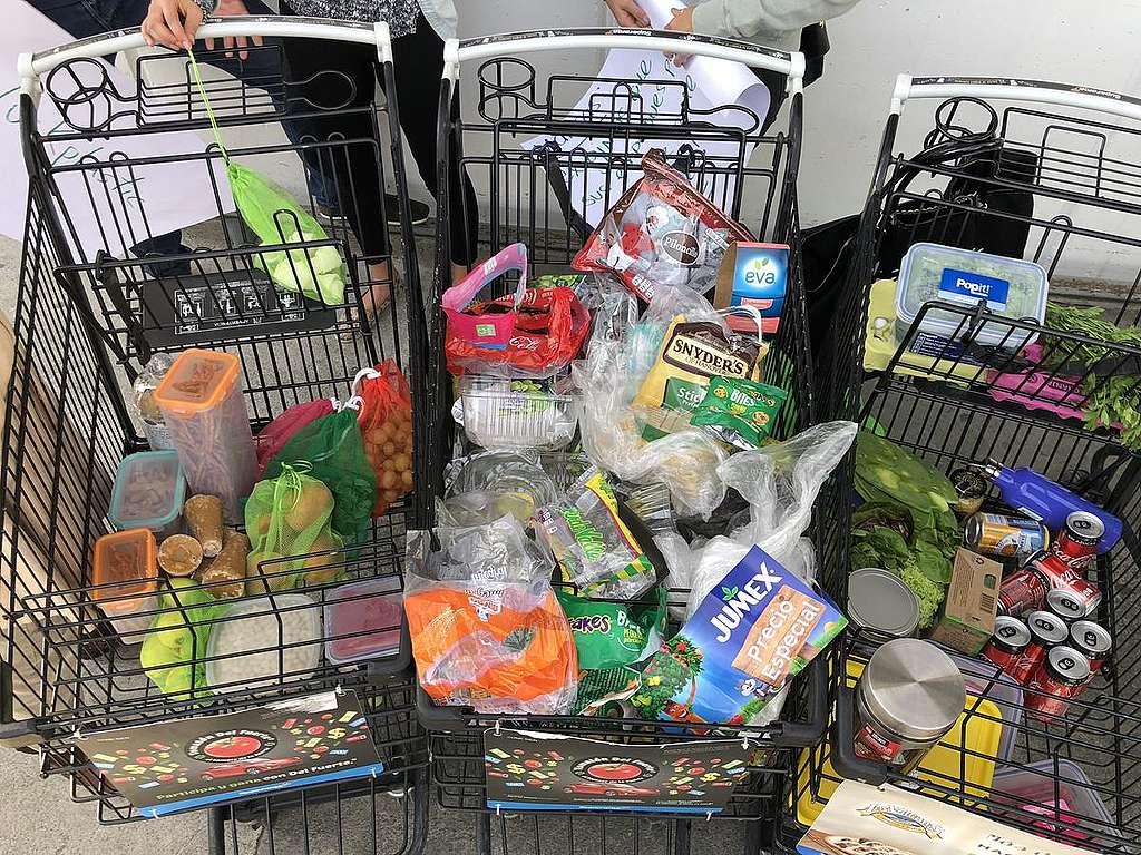 Activistas regresan plásticos a supermercados en México