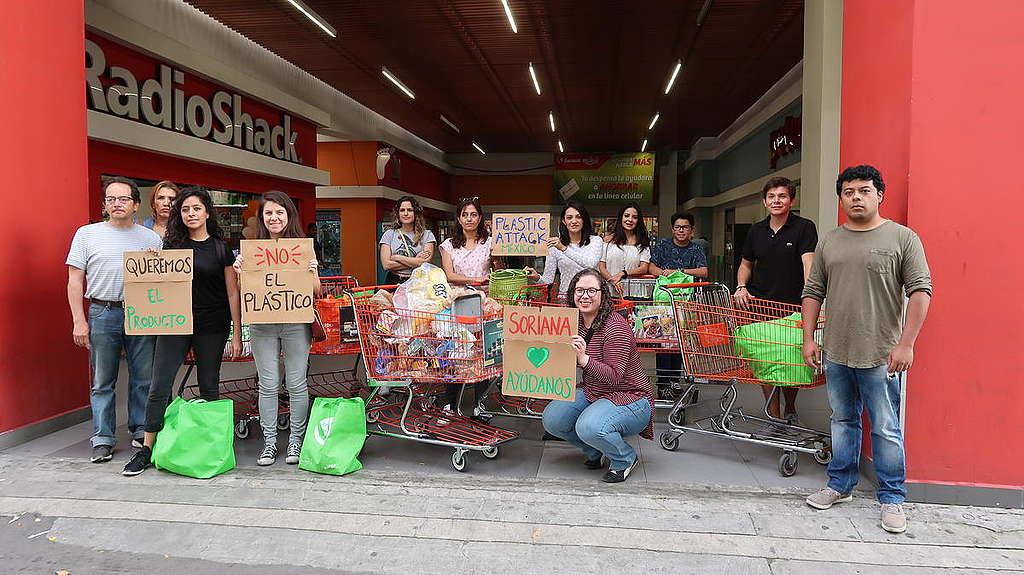 Activistas devolviendo basura plástica en supermercados mexicanos