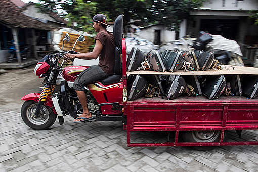 Man on Motorbike with Electronic Waste in Jombang. © Fully Syafi