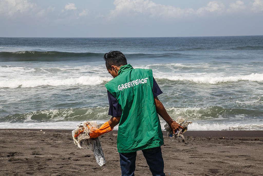 Limpieza de playa en Yogyakarta. © Boy T Harjanto / Greenpeace