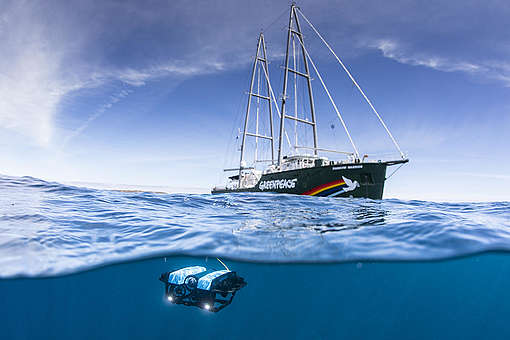 ROV and the Rainbow Warrior in the Great Australian Bight. © Richard Robinson / Greenpeace
