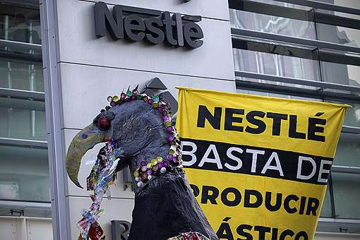 Activists return plastic trash to Nestlé corporate at Mexico. © Greenpeace / Alejandro Pai