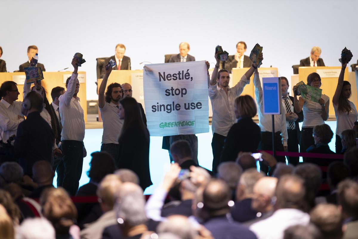 Acción en la Reunión Anual de Nestlé en Lausanne. © Greenpeace