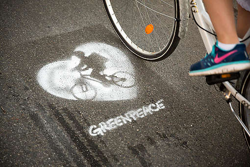 Human Chain Action for Safe Bike Lanes in Berlin. © Gordon Welters / Greenpeace