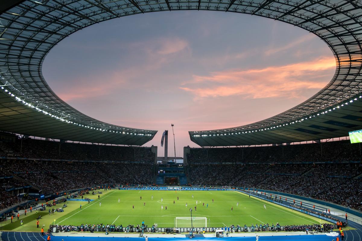 Banner en Champions League en Berlin © Gordon Welters / Greenpeace