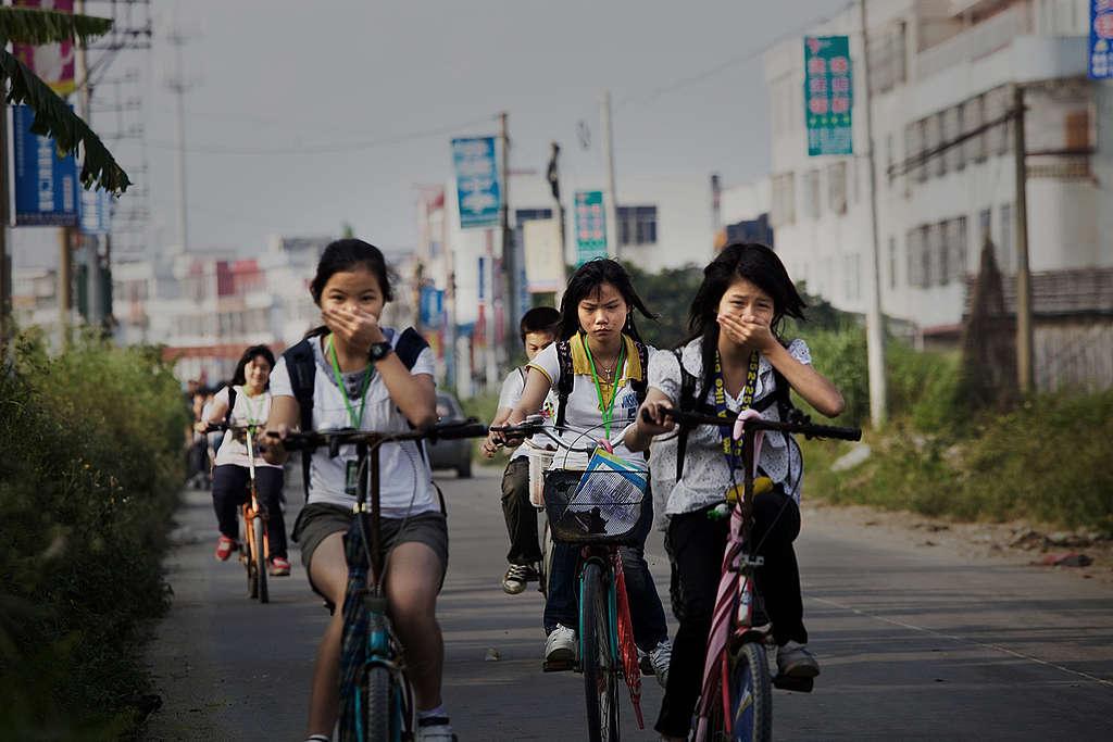 Estudiantes en bicicleta en Gurao, Shantou.© Lu Guang / Greenpeace