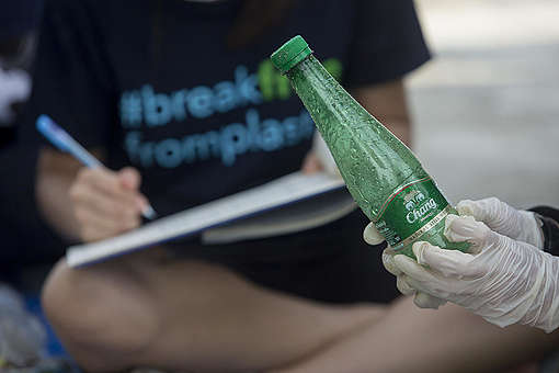 Plastics Brand Audit at Wonnapa Beach in Chonburi. © Chanklang  Kanthong / Greenpeace