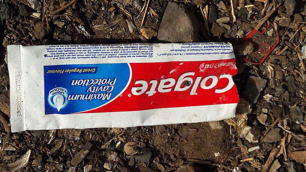 Tubo de pasta de dientes encontrado en auditoría de marca en Senegal © Habib Leon Mendy / Greenpeace