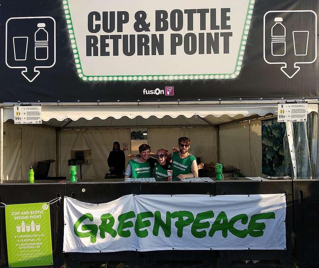 Voluntarios en UK haciendo campaña contra los plásticos desechables © Greenpeace
