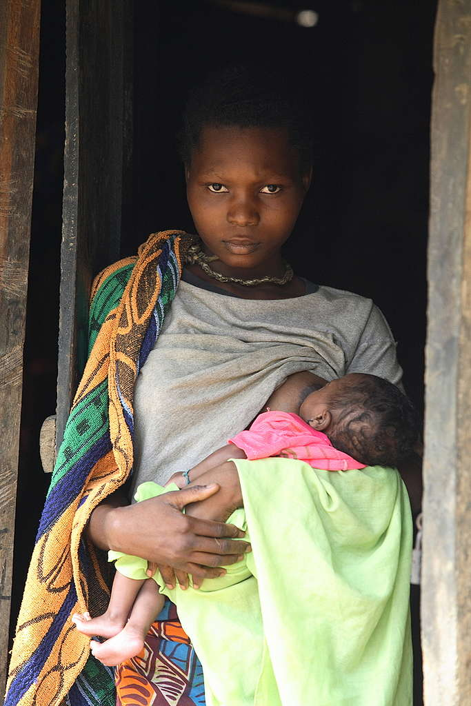 Mujer con bebé en el Congo © Greenpeace / Kate Davison