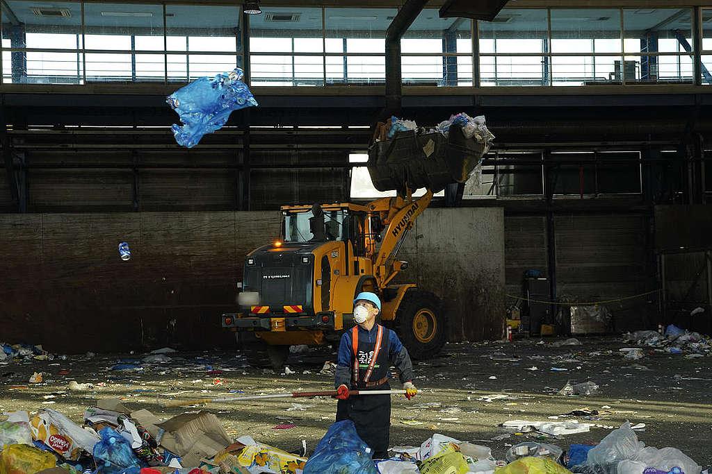 Trabajadores en centro de reciclaje © Seungchan Lee / Greenpeace