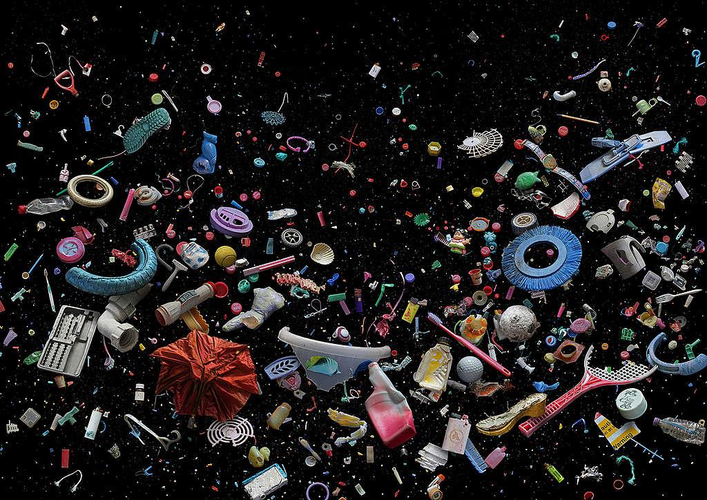 Pequeñas piezas plásticas de distintas variedades © Mandy Barker / Greenpeace