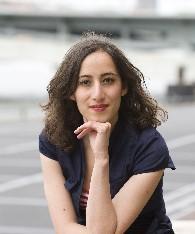Faiza bij kantoor Greenpeace Nederland