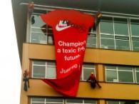 Start van de actie met reuzen T-shirt op de gevel van Nike.