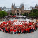 Duizenden mensen vormen rood sein tegen luchtvaartgroei