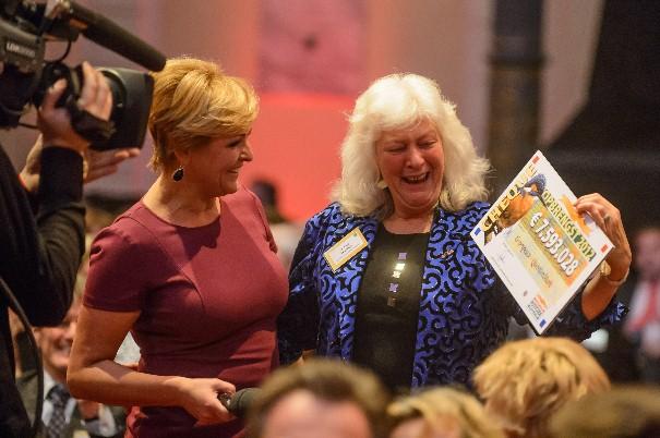 Greenpeace Directeur Sylvia Borren neemt namens Questionmark de cheque in ontvangst
