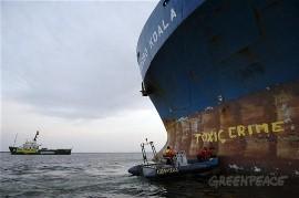 Greenpeace blokkeerde de Probo Koala in 2006.