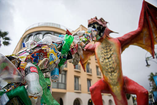 Plastic-Spitting Dragon Protests at Our Oceans Conference in Malta. © Bente Stachowske