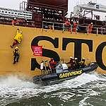 Greenpeace hindert vlak voor haven Rotterdam schip met foute palmolie producten