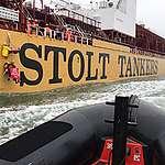 Greenpeace verhindert vrachtschip met foute palmolieproducten toegang tot haven Rotterdam