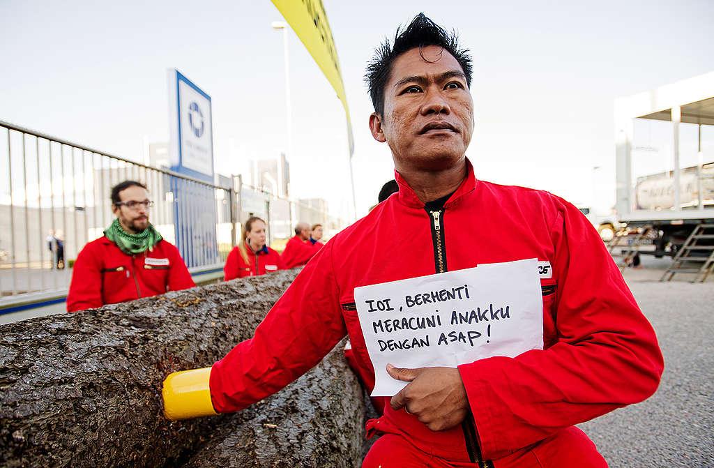IOI Palm Oil Company Blockade in Rotterdam Harbour. © Marten van Dijl / Greenpeace