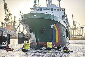 IOI Palm Oil Company Blockade in Rotterdam Harbour. © Joris van Gennip / Greenpeace