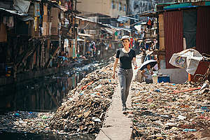 Victoria Koblenko Witnesses Plastic Pollution in Manila. © Jilson Tiu / Greenpeace
