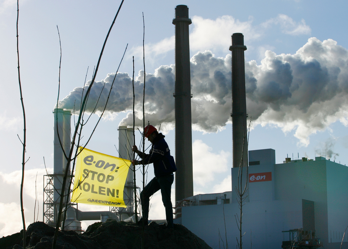 Activist met Spandoek . © Greenpeace / Cris Toala Olivares