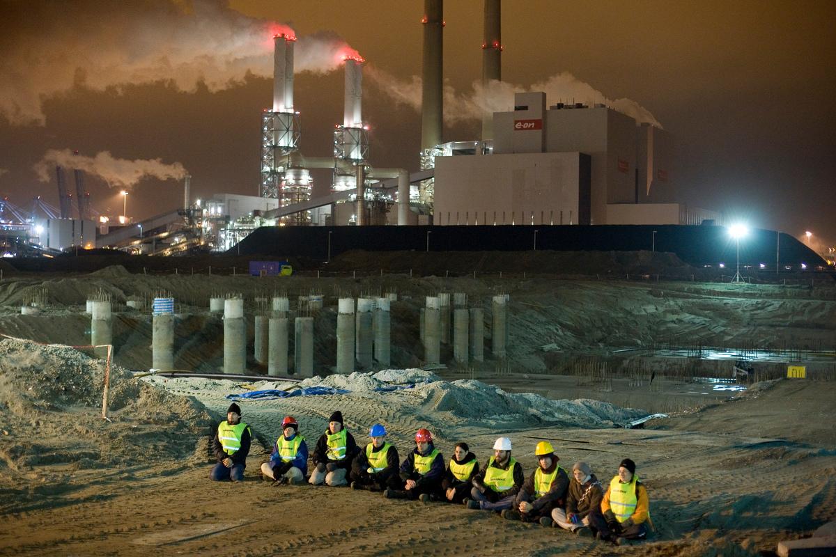 Klimaatactie E.ON op de Maasvlakte in Rotterdam . © Greenpeace / Joël van Houdt