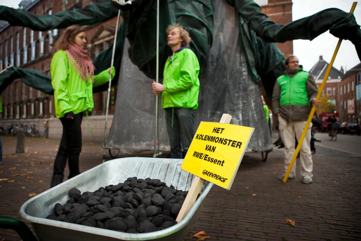 Greenpeace Demonstratie tegen Kolencentrale RWE/Essent Groningen. © Greenpeace / Cris Toala Olivares
