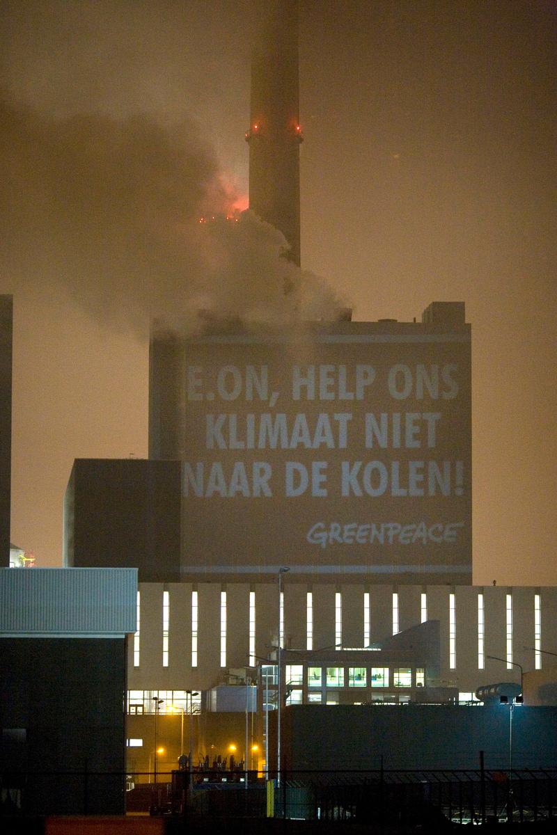 Klimaatactie Projectie bij E.ON op de Maasvlakte in Rotterdam. © Greenpeace / Joël van Houdt