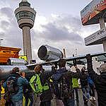 Greenpeace wil Protestival-kunstwerk aan Benschop overhandigen