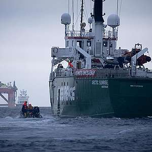 BP oil rig U-turns after failing to shake off Greenpeace ship