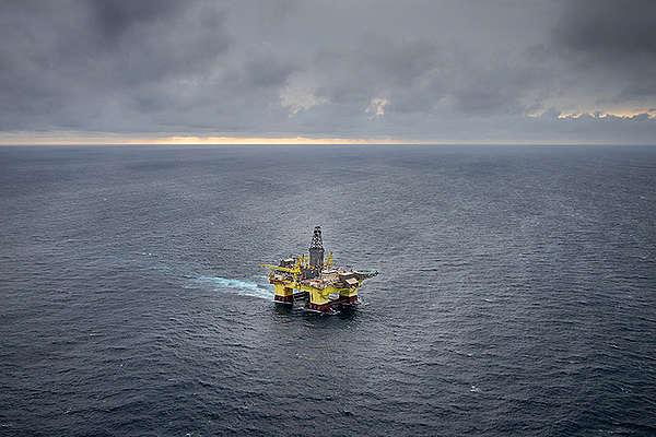 OMV oil rig approaching the Taranaki Coast