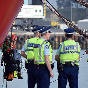 Police move in to end Greenpeace oil ship occupation