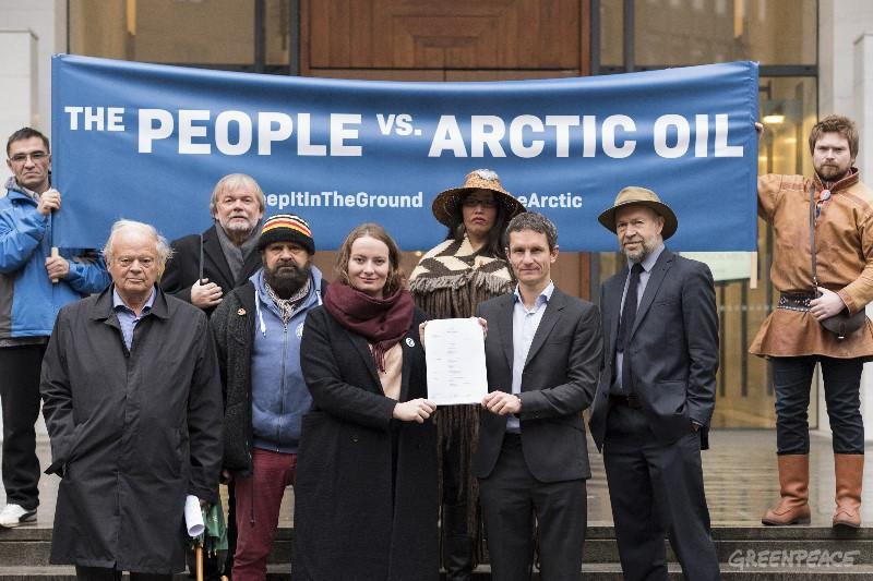 Greenpeace og Natur og Ungdom holder opp banner på trappen av Tinghuset i forbindelse med Klimasøksmål Arktis
