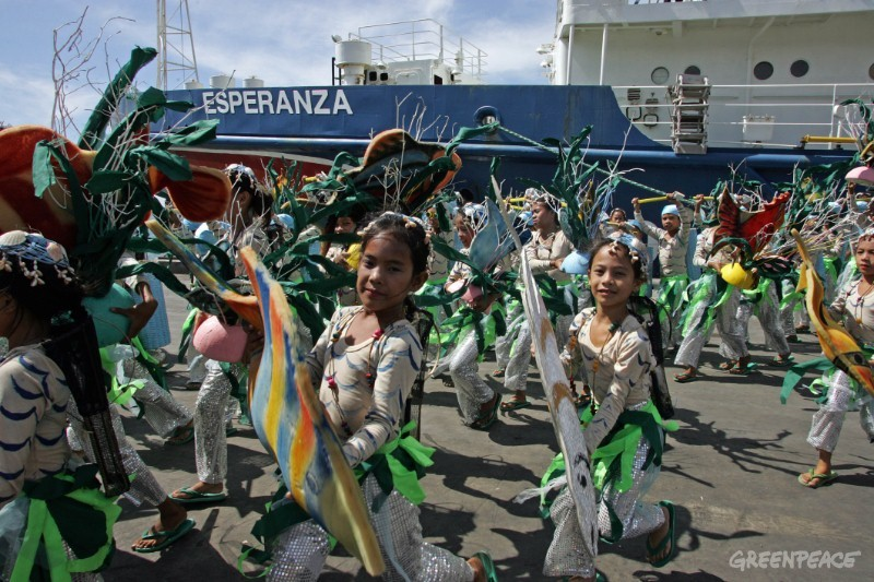 Welcome in Cebu city for Greenpeace ship Esperanza and her crew from local children.