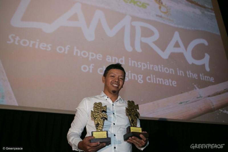 """Grand winner Jonas Juntilla for the film """"Gugmang Walay Sukod"""" receives the Best human portrait award and Best Picture for the first Climate Justice Film Festival """"Lamrag: Stories of hope and inspiration in the time of changing climate,"""" organised by Greenpeace Southeast Asia and Sinerahan at Cinema 12 of SM Megamall on Saturday, April 22. Greenpeace"""