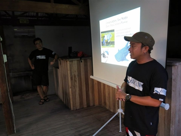 Dennis Bryan Bait-it in one of Sharklink's information, education, and communication activity in Malapascua. – Project Sharklink