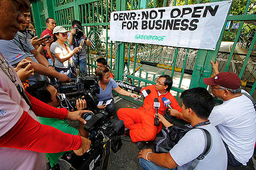 Blockade at the DENR Office in Quezon City. © Jimmy Domingo / Greenpeace