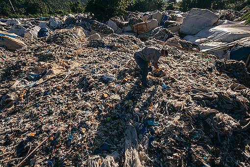 Misdeclared Korean Plastic Waste Dumped in Philippines. © Jilson Tiu / Greenpeace