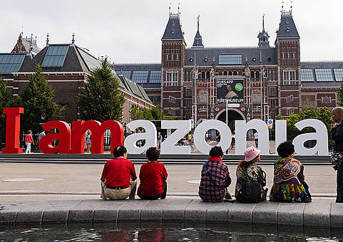 Greenpeace turns world-famous 'iAmsterdam' sign into solidarity message to save Amazon. © Marten  van Dijl / Greenpeace