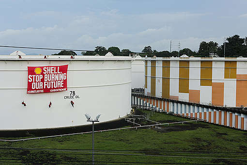 Protest at Shell Depot in the Philippines. © Geric Cruz / Greenpeace