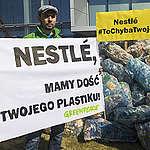 Nestlé zobowiązuje się do redukcji wykorzystania pierwotnych tworzyw sztucznych, choć jednocześnie podtrzymuje mit recyklingu