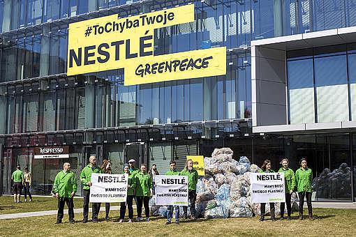 Akcja przeciwko plastikowi pod siedzibą Nestle w Warszawie