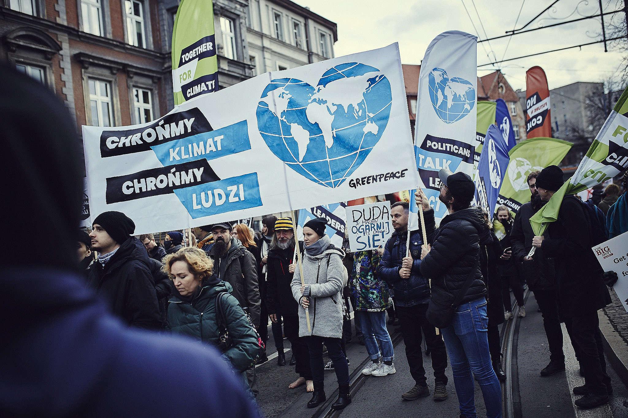 Aktywiści Greenpeace podczas Marszu dla Klimatu w Katowicach