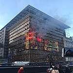Nasz dom płonie – czy Mateusz Morawiecki pozwoli go ugasić? Akcja Greenpeace na budynku Rady Europejskiej w Brukseli