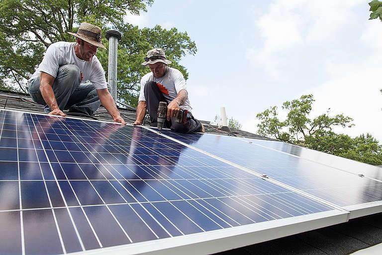 Solarize Charlotte Project Installation. © Jason Miczek / Greenpeace