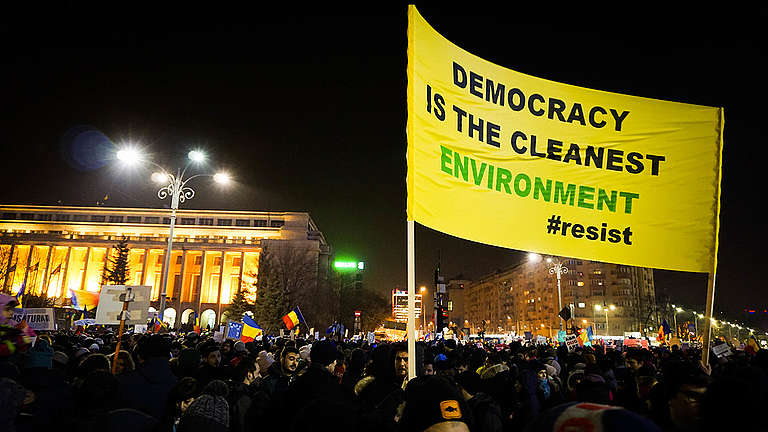 Protest to Support Democracy in Romania. © Ionut Brigle / Greenpeace
