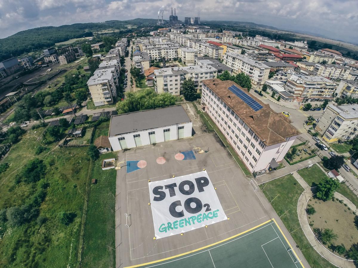 Greenpeace România a instalat pe o școală din orașul minier Rovinari panouri fotovoltaice pentru a arăta că există alternative la cărbune.